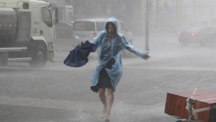 Mưa xối xả ở Thẩm Quyến, Trung Quốc khi bão Mangkhut đổ bộ ngày 16/9 - Ảnh: Reuters.