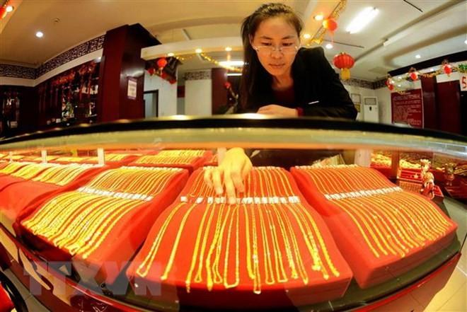 Vàng được bày bán tại cửa hàng ở Thanh Đảo, tỉnh Sơn Đông, Trung Quốc. (Ảnh: AFP/TTXVN)