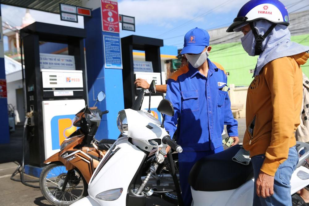 Giá xăng dầu tăng sẽ tạo vòng xoáy tăng giá các mặt hàng tiêu dùng khác, đặc biệt là thực phẩm, giao thông, vật liệu xây dựng... Ảnh: Lê Tiên