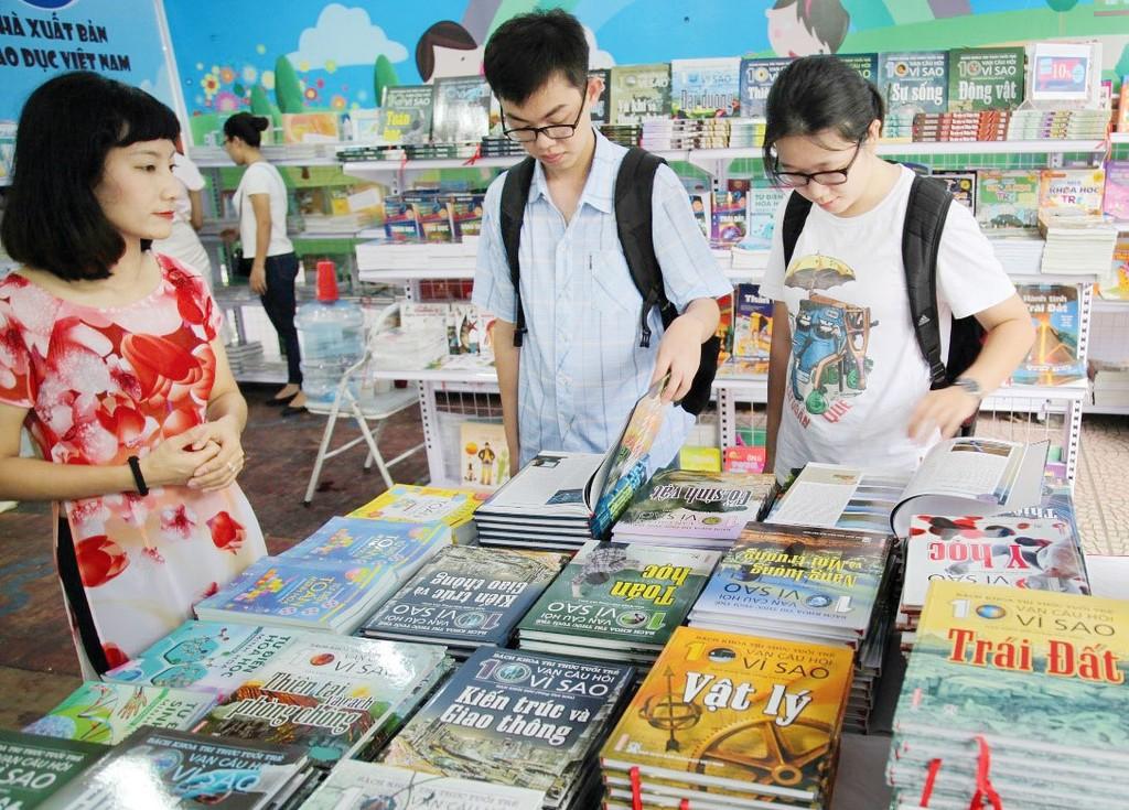 Doanh thu, lợi nhuận từ hoạt động bán sách giáo khoa năm 2017 và 6 tháng năm 2018 chưa được Nhà xuất bản Giáo dục công bố công khai. Ảnh: NK