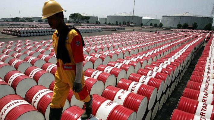 Các chuyên gia kinh tế cho rằng để tác động lâu dài đến tăng trưởng kinh tế toàn cầu, giá dầu cần duy trì trên mốc 100 USD/thùng.