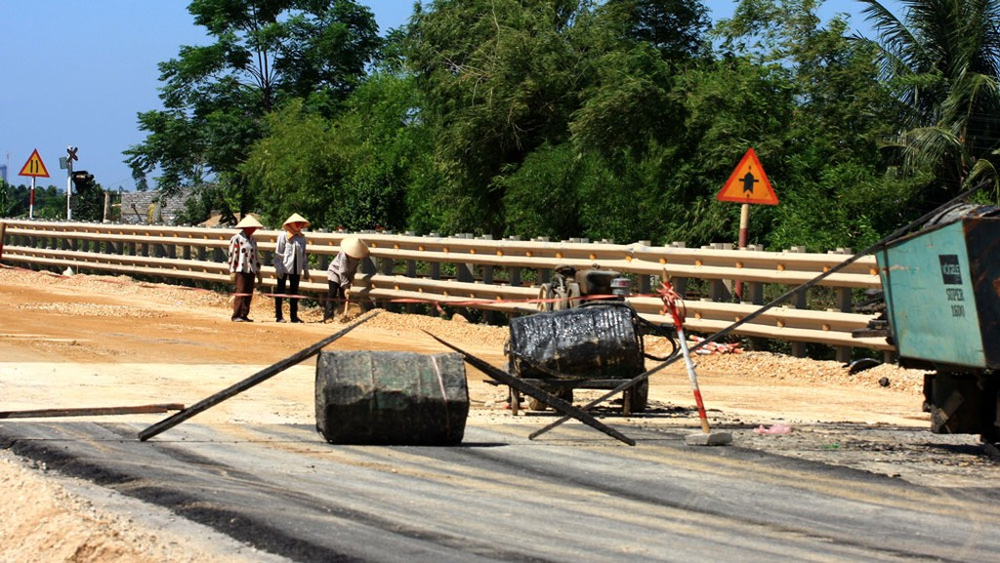 Quốc lộ 1 đoạn từ Km 1265+000 đến Km 1353+300 trên địa bàn tỉnh Phú Yên bị xuống cấp do bão lũ, đang được khắc phục