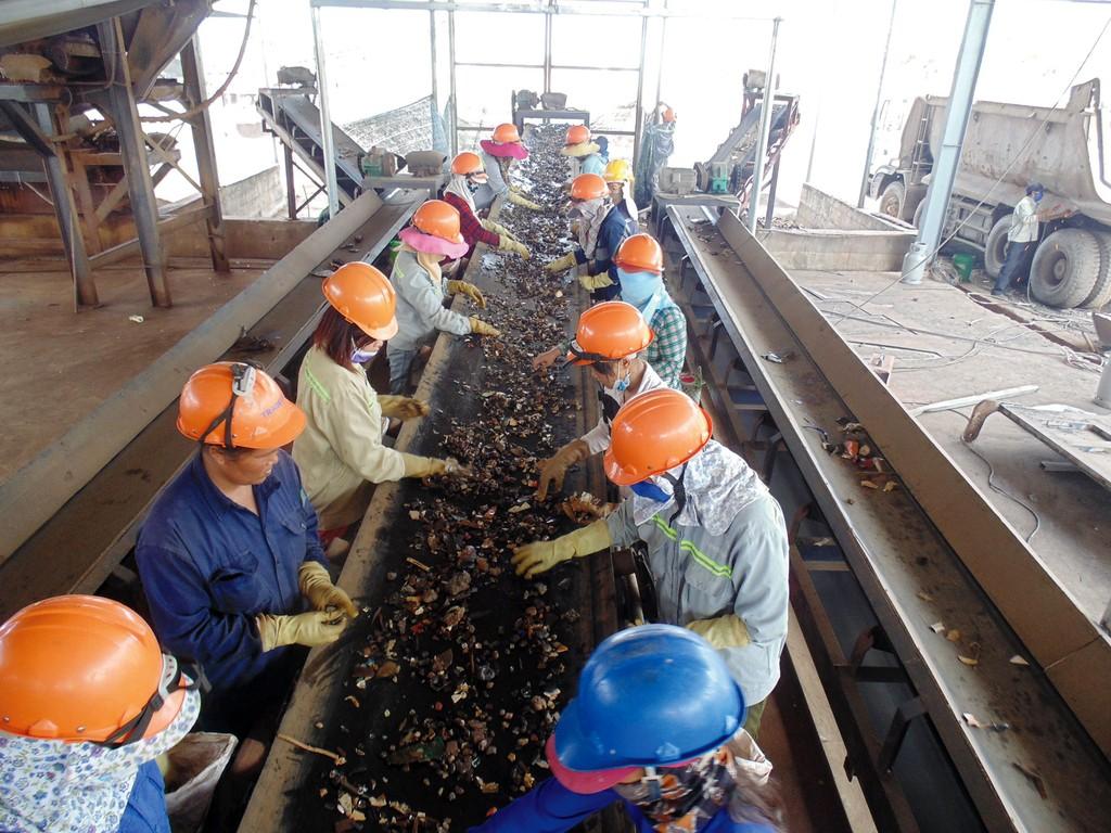Xỉ hạt lò cao ở trong nước sẽ là nguồn nguyên liệu góp phần giảm chi phí sản xuất và giá thành vật liệu xây dựng. Ảnh: Lê Tiên