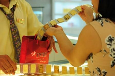 Giao dịch mua bán vàng tại Tập đoàn DOJI. Ảnh:PV.