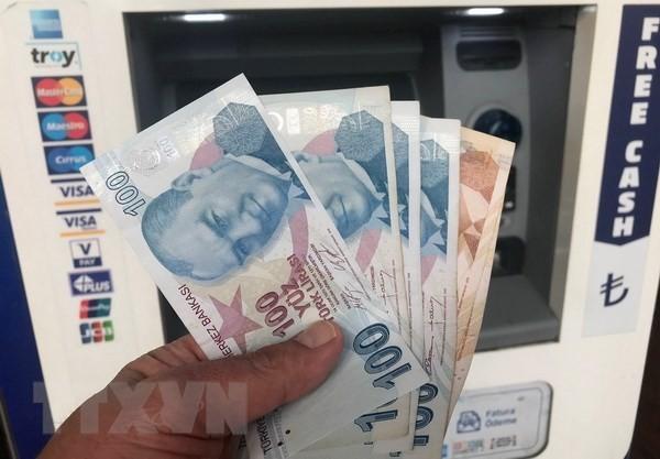 Kiểm tiền lira tại Istanbul, Thổ Nhĩ Kỳ. (Nguồn: THX/TTXVN)