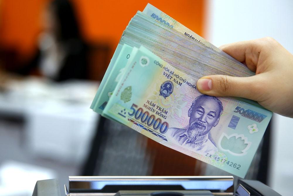 Mức giảm giá của VND so với USD là khoảng 2,7%, trong khi một số đồng tiền lớn trên thế giới mất giá mạnh so với USD. Ảnh: Lê Tiên
