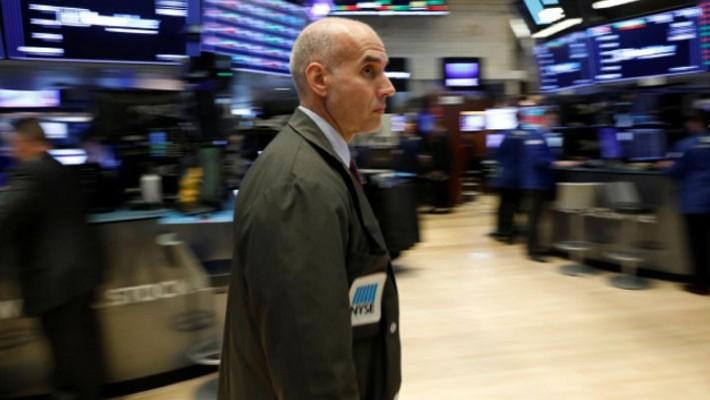 Một nhà giao dịch cổ phiếu trên sàn NYSE ở New York, Mỹ, ngày 24/10 - Ảnh: Reuters.