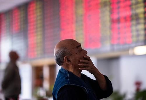 Một nhà đầu tư trên sàn chứng khoán Trung Quốc. Ảnh:Bloomberg