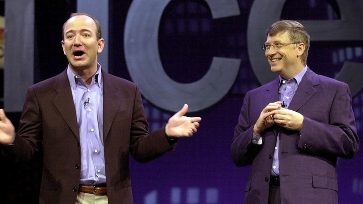 Nhà sáng lập Amazon Jeff Bezos và nhà sáng lập Microsoft Bill Gates - Ảnh: CNBC.