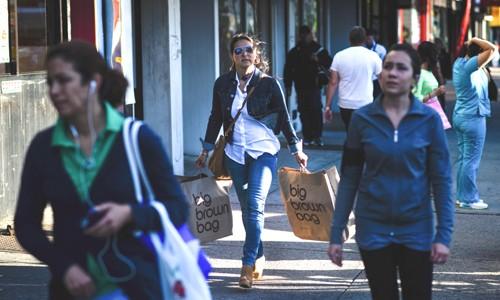 Người dân Mỹ đi dạo và mua sắm trên đường phố. Ảnh:Bloomberg