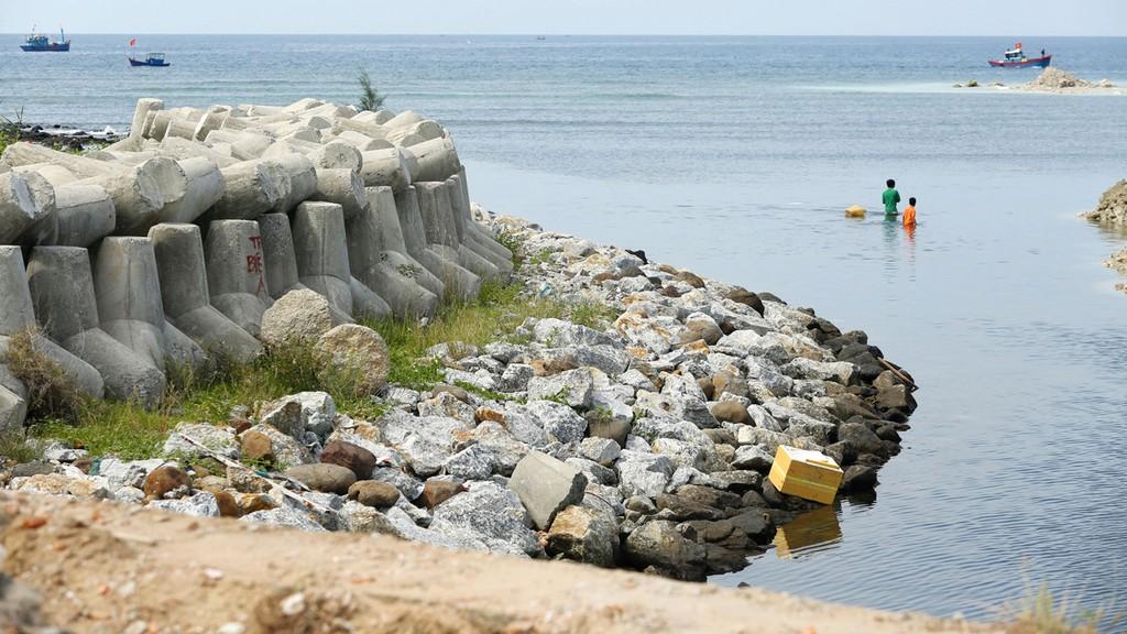 Gói thầu số 16 thuộc Dự án Nâng cấp hệ thống đê biển Trà Vinh (giai đoạn II) do Sở NN&PTNT tỉnh Trà Vinh mời thầu. Ảnh: Nhã Chi