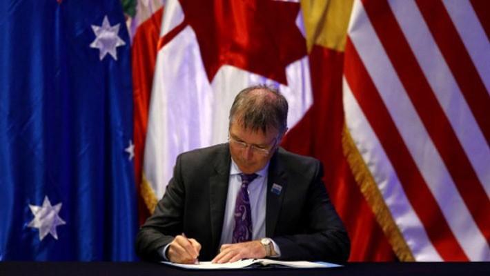 Bộ trưởng Bộ Thương mại và Tăng trưởng xuất khẩu của New Zealand, ông David Parker, phê chuẩn CPTPP ở Santiago, Chile, tháng 3/2018 - Ảnh: Reuters.