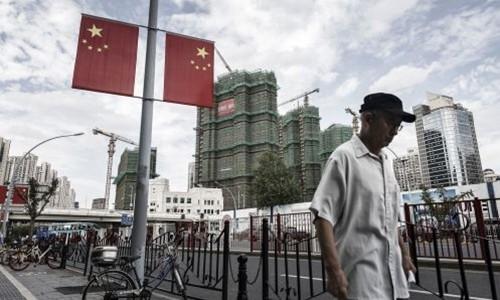 Người dân đi bộ trên đường phố Thượng Hải. Ảnh:AFP