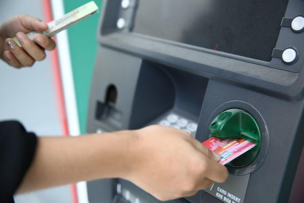 Chỉ có chưa đến 40% số người trưởng thành tại Việt Nam có tài khoản tại ngân hàng, đây là một trở ngại đối với phổ cập số hóa dịch vụ ngân hàng. Ảnh: Quang Tuấn
