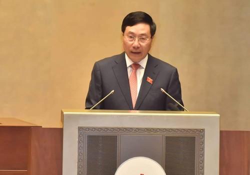 Phó Thủ tướng Chính phủ, Bộ trưởng Bộ Ngoại giao Phạm Bình Minh trình bày Báo cáo thuyết minh Hiệp định CPTPP tại Quốc hội. Ảnh: VGP/Nhật Bắc