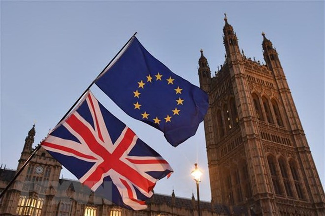 Cờ Anh (phía dưới) và cờ EU tại thủ đô London, Anh. (Ảnh: AFP/TTXVN)