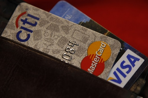 """Chuyên gia tài chính từ chương trình """"Shark Tank"""" của đài ABC khuyên mọi người nên có ít nhất 2 thẻ tín dụng. Ảnh:Reuters"""