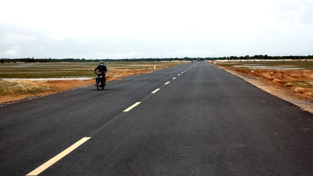 Cao tốc Mỹ Thuận - Cần Thơ dài 23,6 km; giai đoạn 1 đầu tư mặt cắt ngang 4 làn xe, bề rộng mặt đường 17 m với tổng mức đầu tư là 5.408 tỷ đồng. Ảnh: Phan Hiển