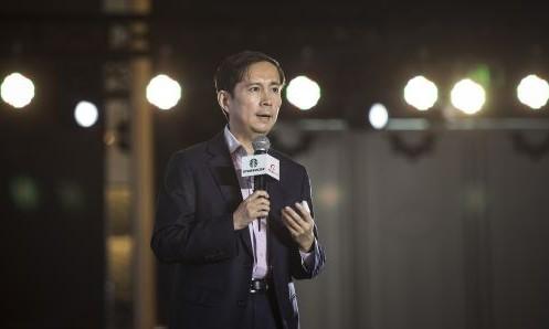 CEO Alibaba - Daniel Zhang phát biểu trong một sự kiện tại Thượng Hải. Ảnh: Bloomberg