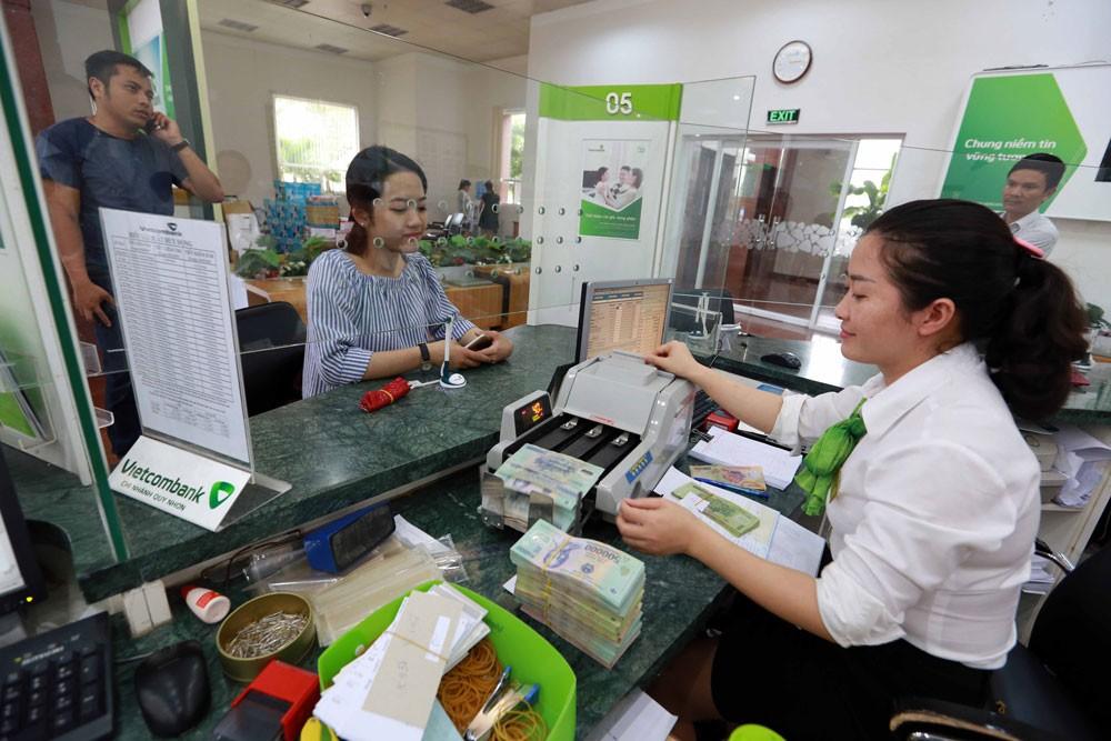 Việc nhiều ngân hàng huy động nguồn vốn trái phiếu tiềm ẩn rủi ro cho cả thị trường ngân hàng và nền kinh tế. Ảnh: Việt Trần