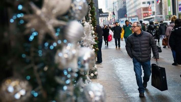 Tỷ lệ lạm phát thấp và thu nhập tăng sẽ giúp người Mỹ chi tiêu thoải mái hơn trong mùa Giáng sinh năm nay - Ảnh: Getty/CNBC.