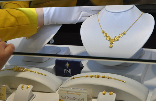 Giao dịch vàng tại Công ty PNJ. Ảnh:Lệ Chi.