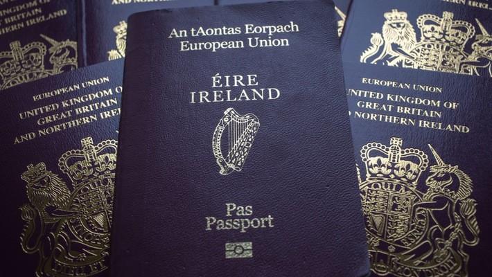 Một thỏa thuận hòa bình ký kết vào năm 1998 quy định 1,8 triệu người dân của Bắc Ireland có thể sở hữu hộ chiếu Ireland, hộ chiếu Anh hoặc cả hai - Ảnh: Bloomberg.