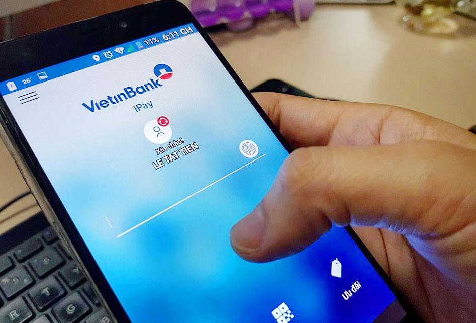 Tại Việt Nam, số người sử dụng dịch vụ tài chính từ điện thoại di động chưa nhiều. Ảnh: Nhã Chi