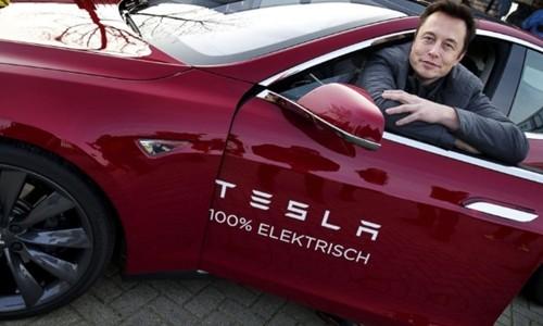 CEO Tesla - Elon Musk và một mẫu xe điện của hãng. Ảnh:AFP