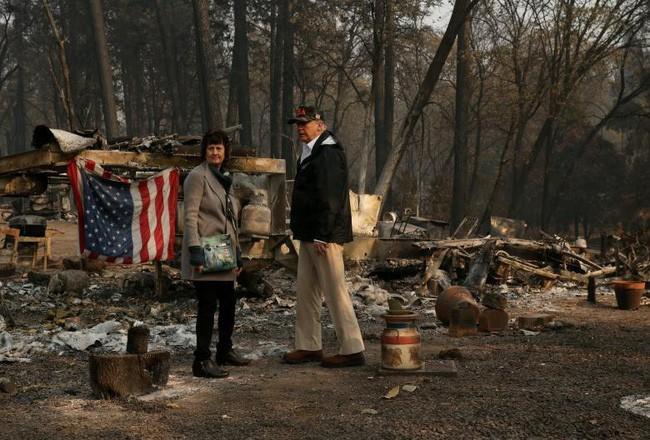 Tổng thống Trump thăm thị trấn Mỹ bị cháy rừng thiêu rụi - ảnh 1