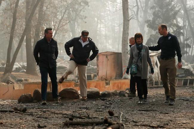 Tổng thống Trump thăm thị trấn Mỹ bị cháy rừng thiêu rụi - ảnh 2