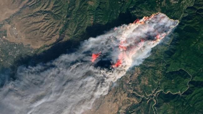 Tổng thống Trump thăm thị trấn Mỹ bị cháy rừng thiêu rụi - ảnh 3