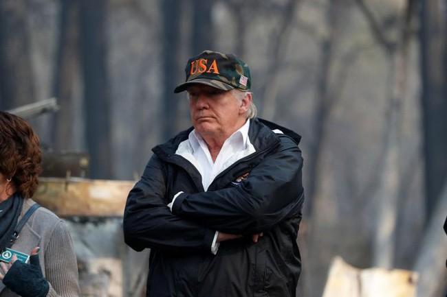 Tổng thống Trump thăm thị trấn Mỹ bị cháy rừng thiêu rụi - ảnh 4