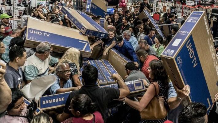 Khách hàng mua sắm tại một trung tâm thương mại ở Mỹ ngày Black Friday 23/11/2018 - Ảnh: Getty Images.