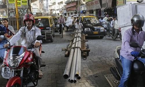 Người dân trên một con phố ở Mumbai (Ấn Độ). Ảnh:Reuters