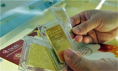 Giao dịch vàng tại doanh nghiệp DOJI. Ảnh:PV.