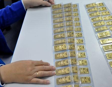 Giao dịch vàng miếng tại một ngân hàng cổ phần ở TP HCM. Ảnh:Lệ Chi.