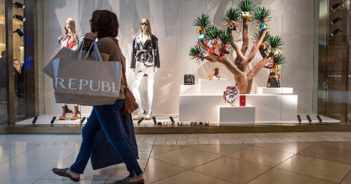 Người mua sắmđi qua cửa hàng củaLouis Vuitton trong dịpBlack Friday.Ảnh: AFP