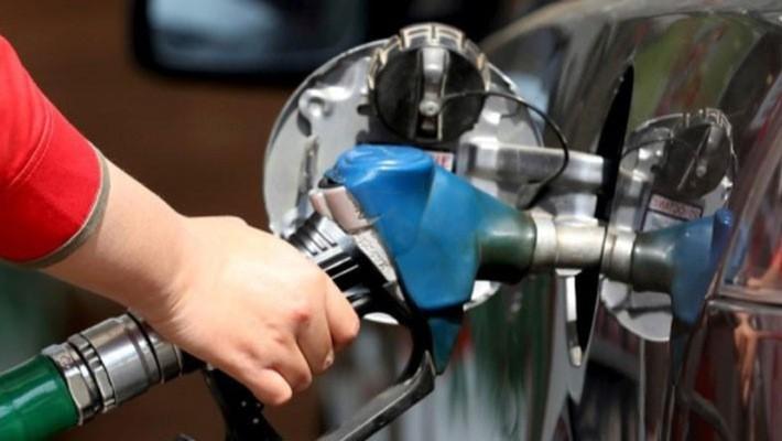 """Tháng 11 vừa qua, giá dầu thế giới """"bốc hơi"""" trên 20% - Ảnh: Reuters."""