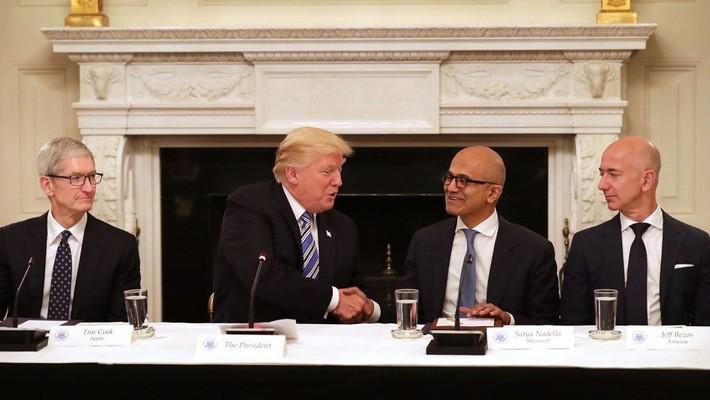 Từ trái qua: CEO Tim Cook của Apple, Tổng thống Mỹ Donald Trump, CEO Satya Nadella của Microsoft, và CEO Jeff Bezos của Amazon trong một cuộc gặp ở Nhà Trắng - Ảnh: Getty.
