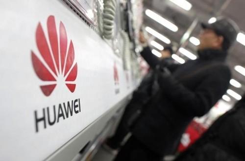 Một khách hàng xem điện thoại của Huawei trong một sự kiện ở Thượng Hải. Ảnh:Reuters
