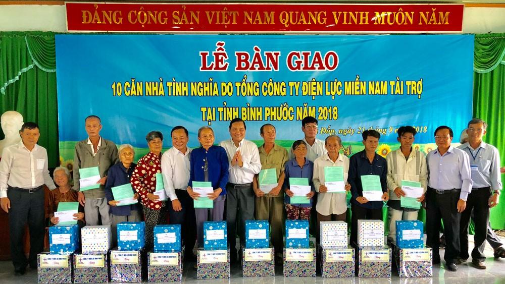 Trao nhà tình nghĩa cho các gia đình chính sách, hộ nghèo tỉnh Bình Phước
