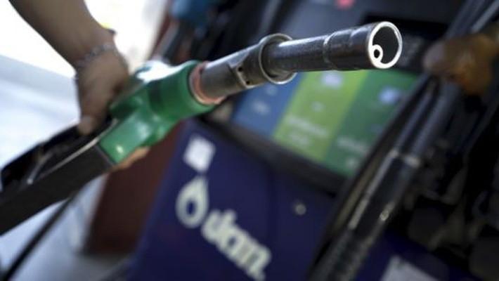 Mối lo thừa cung dầu toàn cầu vẫn đang là nhân tố gây áp lực giảm giá đối với nhiên liệu này - Ảnh: Reuters/CNBC.