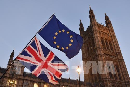 Cờ Anh (phía dưới) và cờ EU (phía trên) tại thủ đô London, Anh. Ảnh: AFP/ TTXVN