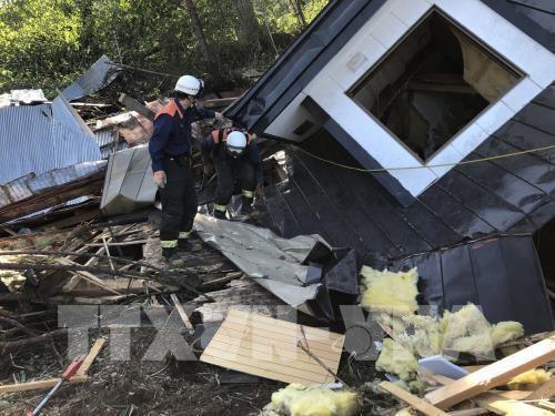 Lực lượng cứu hộ tìm kiếm nạn nhân dưới đống đổ nát của một ngôi nhà bị sập sau trận động đất ở Hokkaido, Nhật Bản ngày 6/9. Ảnh: THX/TTXVN