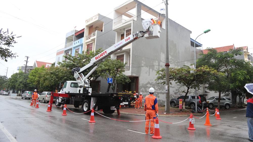Đội sửa chữa Hotline thao tác trên đường dây 22kV đang mang điện