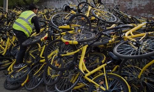 Xe đạp hỏng chờ sửa chữa của Ofo. Ảnh:CNN