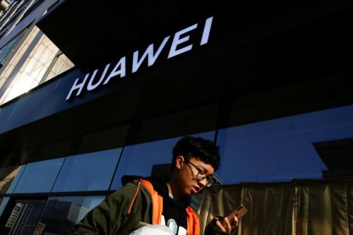 Bên ngoài một cửa hàng của Huawei tại Bắc Kinh (Trung Quốc). Ảnh:Reuters