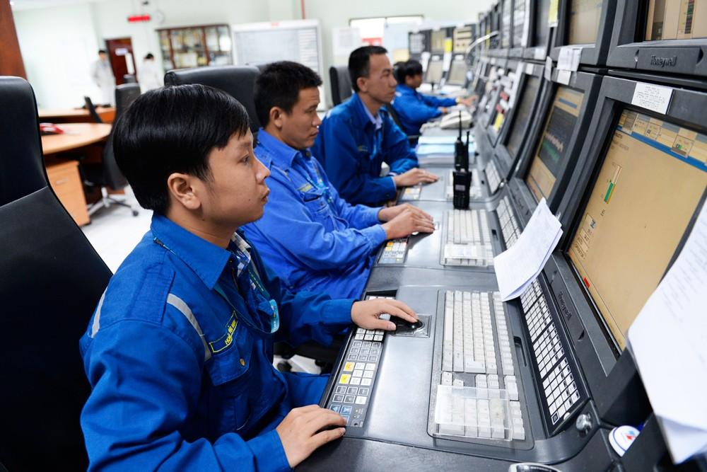 Các kỹ sư BSR vận hành Nhà máy Lọc dầu Dung Quất tại Phòng điều khiển trung tâm. Ảnh: Lê Tiên