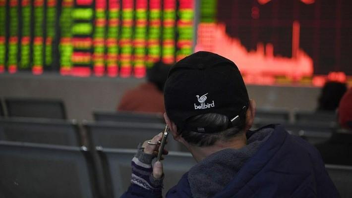 """Các nhà đầu tư chứng khoán tại Hồng Kông hầu như không tìm được cổ phiếu nào để """"trú ẩn"""" trong phiên này - Ảnh: Bloomberg."""